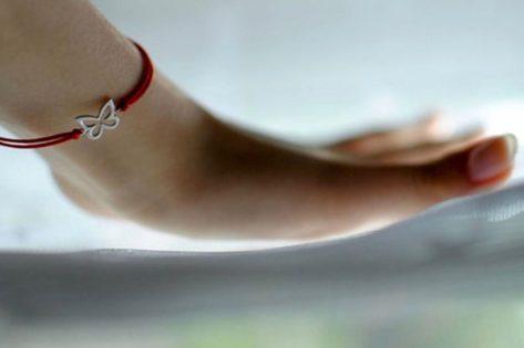 Что означает красная нитка на запястье левой руки